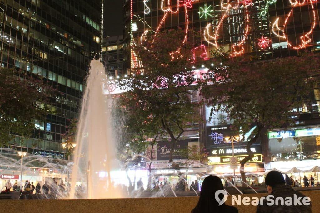 尖東加連威老道市政局百週年紀念花園噴水池,是香港人約會集合的熱門地點。