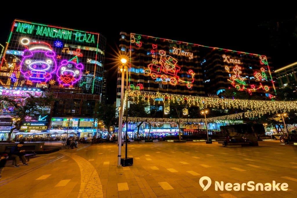 站在市政局百周年紀念花園的中央,抬頭仰望新文華中心與南洋中心的聖誕燈飾,顯得頗有氣勢。