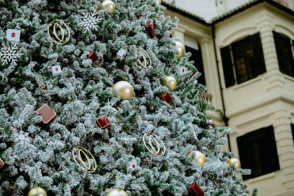 「卡地亞假大館傳揚聖誕精神」慶祝活動 卡地亞聖誕樹身掛滿逾 4,000 個掛飾。