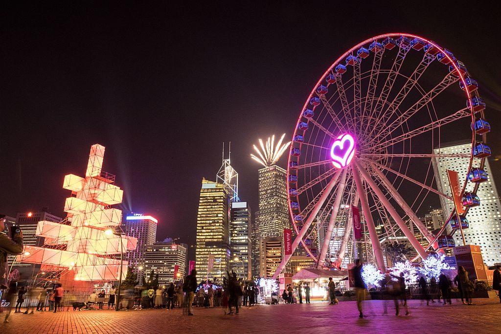 矗立於香港摩天輪旁的「魔方樹」高達 25 米,以發光的鋼架結構作為樹枝。