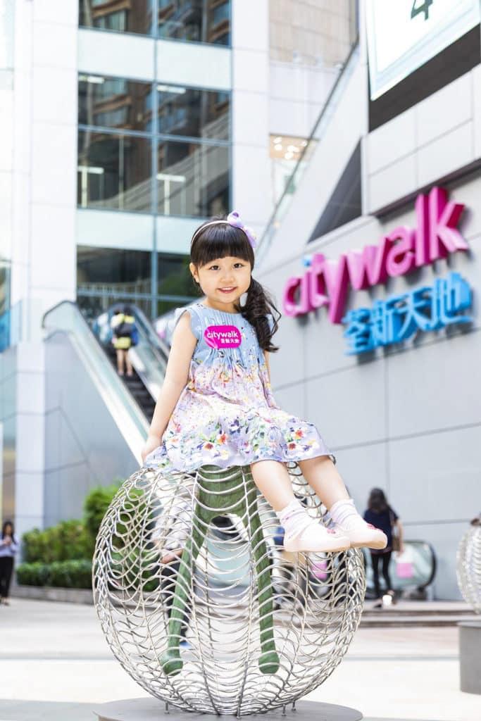 荃新天地:「動」戶外互動雕塑裝置 來到可坐上互動藝術展品,隨意玩耍。