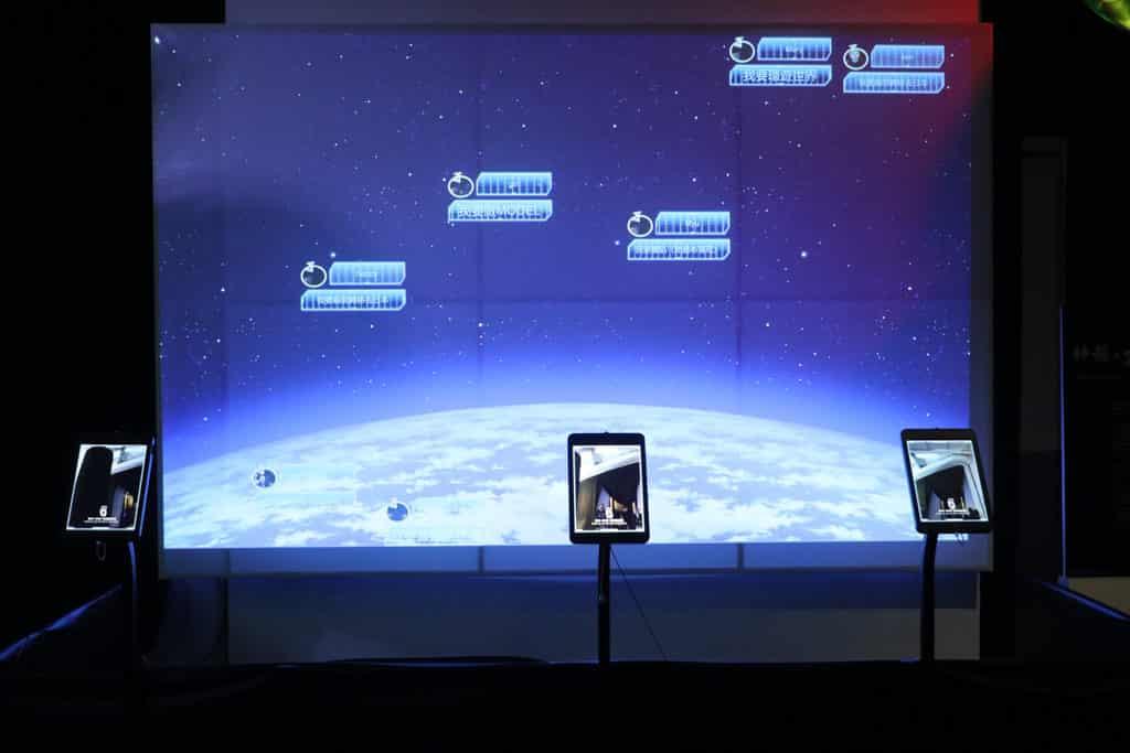 數碼港商場:龍珠超體感互動藝術展 參加者的願望會在大螢幕上投影出來。