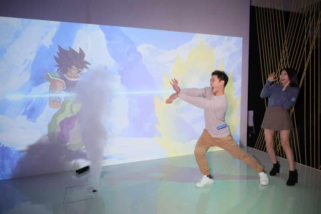 數碼港商場:龍珠超體感互動藝術展 參加者可於屏幕前練成「龜波氣功」。