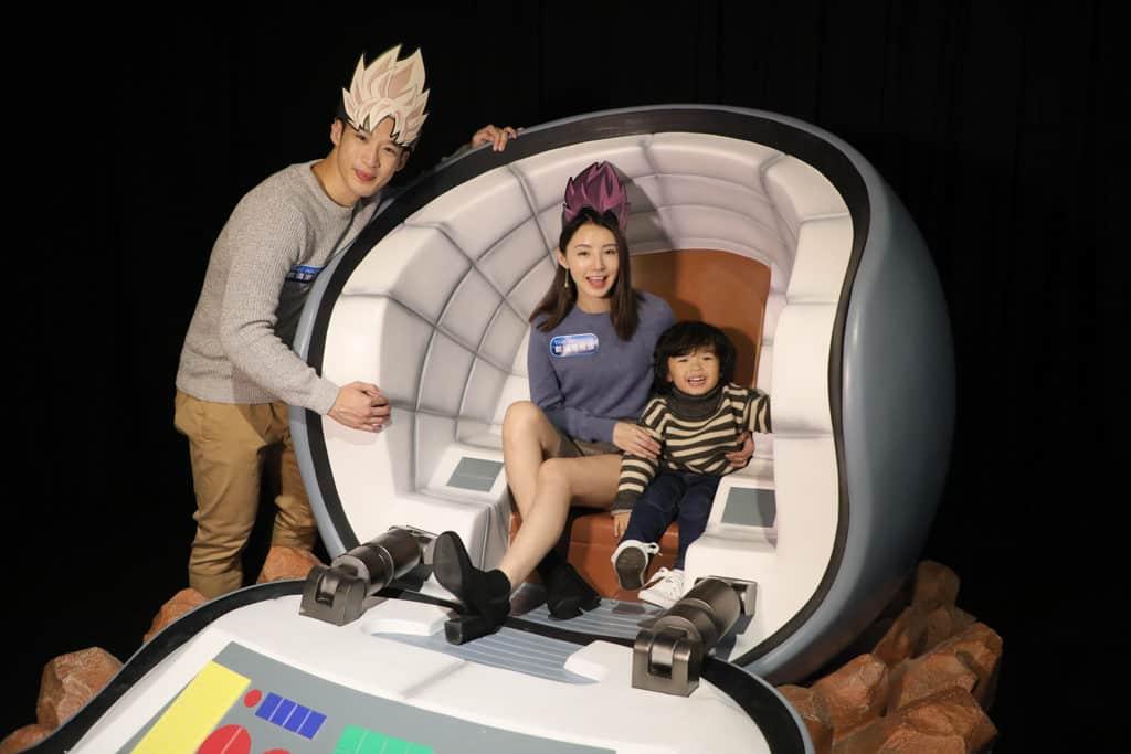 數碼港商場:龍珠超體感互動藝術展 來到可一坐穿梭星球的太空船。