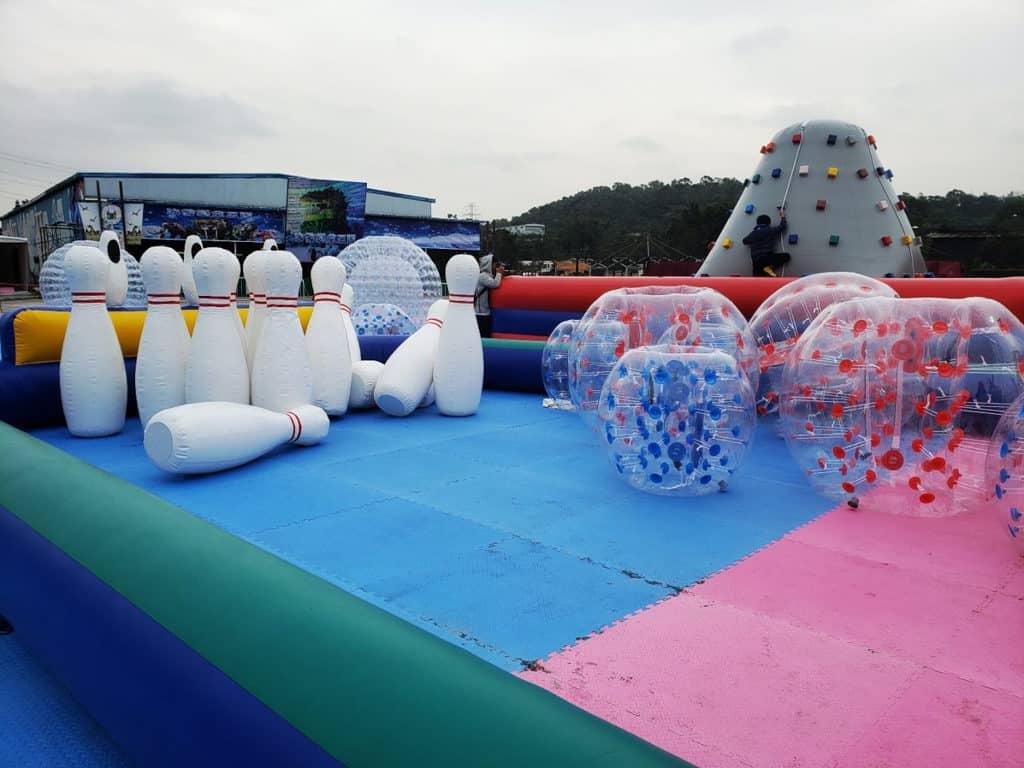 元朗大棠:「恐龍冒險王國」大型室外嘉年華 「極限挑戰樂園」內有人肉保齡球、充氣足球等設施。