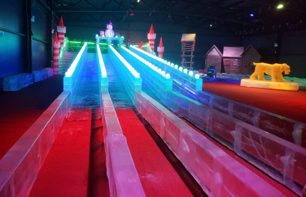 元朗大棠:「恐龍冒險王國」大型室外嘉年華 恐龍王國冰雪館內有長達 21 米的冰雕滑梯。
