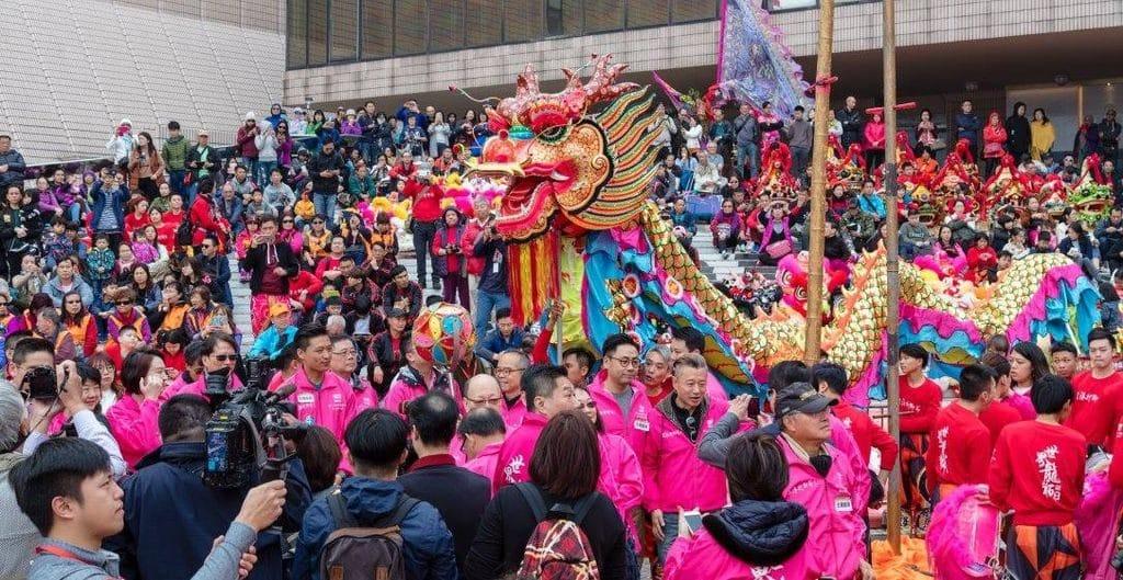 2018 香港龍獅節期間舉行的「世界龍獅日」,邀請了世界各地合共 8 個國家、14 個地區一起參與,將龍獅文化散佈全球。