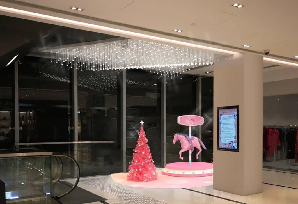 香港佛羅倫斯小鎮「紅粉聖誕」葵涌香港佛羅倫斯小鎮佈置紅粉聖誕樹、旋轉木馬場景。
