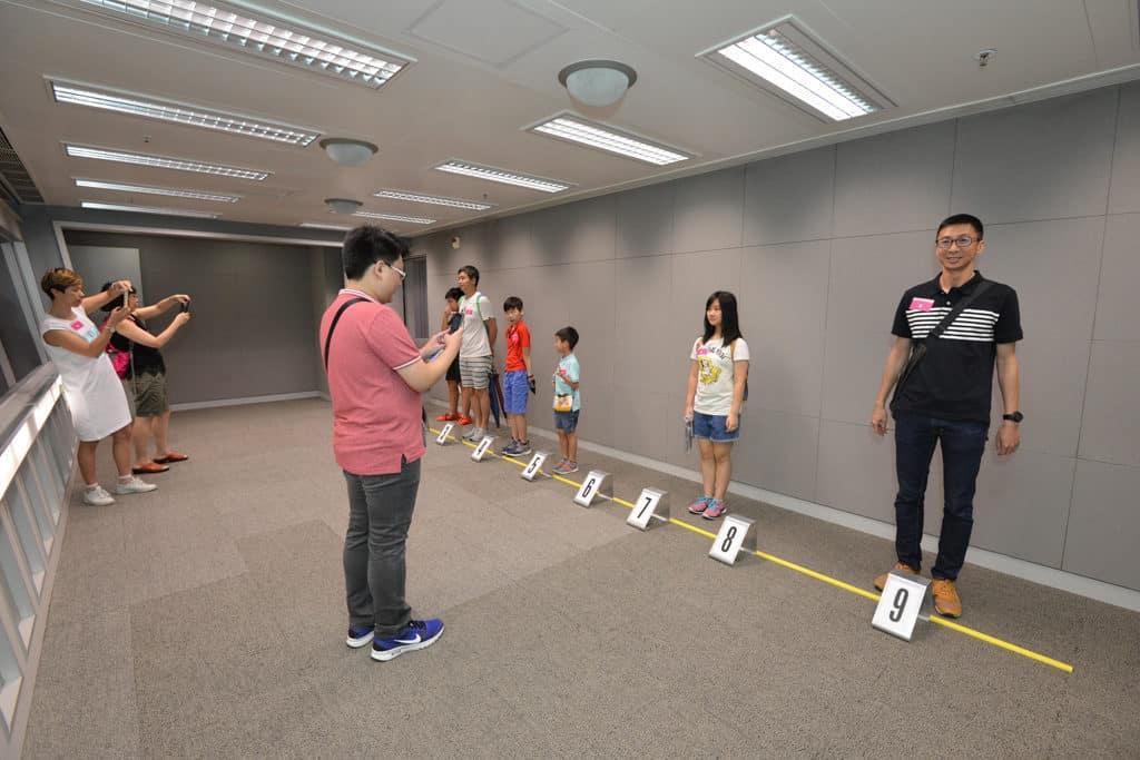 廉政公署開放日2019 來到列隊認人室可體驗使用單面反光認人設備。