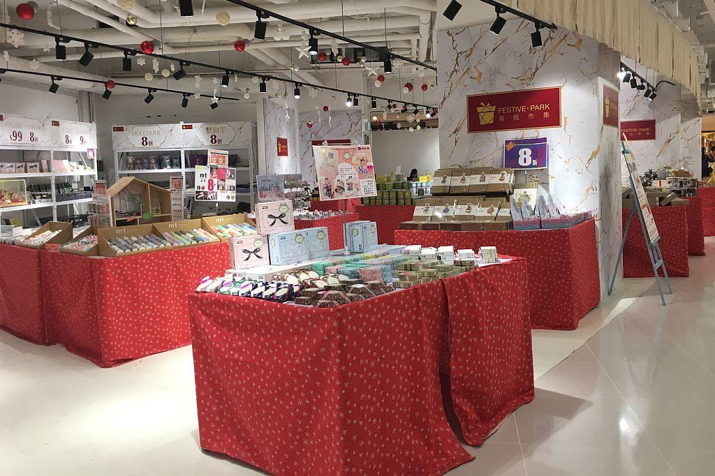 愉景新城邀請多個特色本土品牌、創意小店、歐洲飾物、各地花茶咖啡、聖誕派對美酒、本地原創美食等單位參與FESTIVE•PARK 喜悅市集。