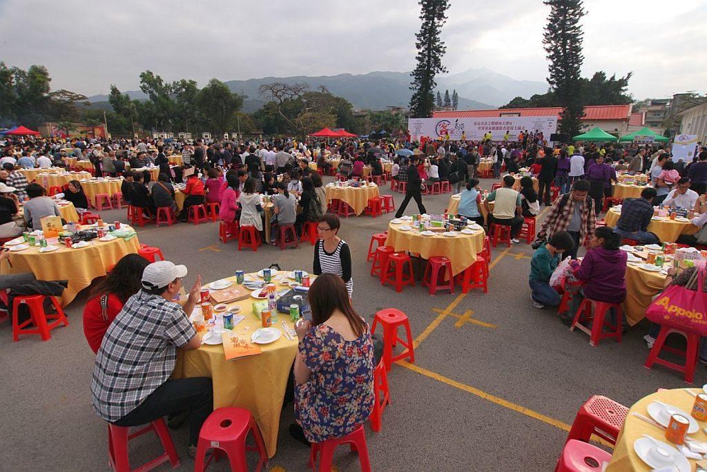 「聖誕音樂嘉年華@林村」期間會舉行聖誕盆菜宴,筵開 300 席,招待逾 3,000 人品嚐傳統客家盆菜。