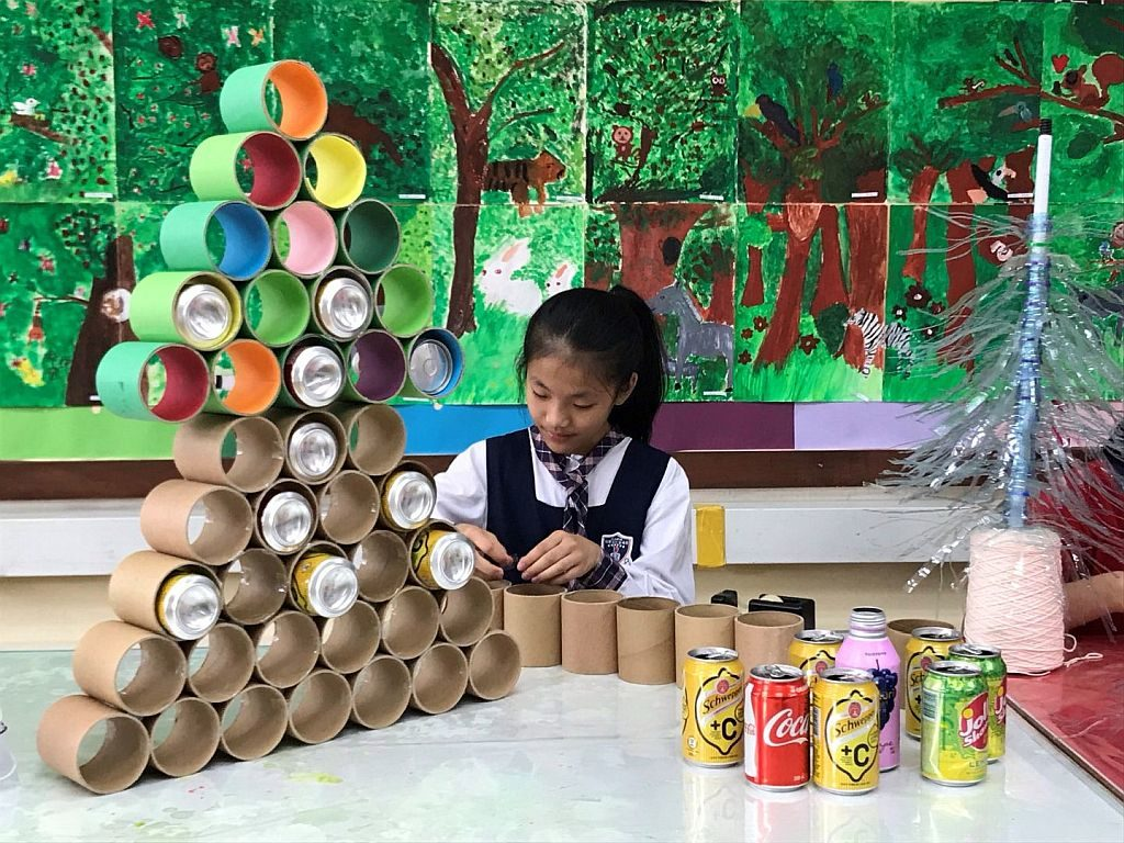 香港學界將組成不同隊伍,參加「環保聖誕樹設計比賽」,作品超過 100 棵,在許願樹廣場築起香港最大環保聖誕樹林。