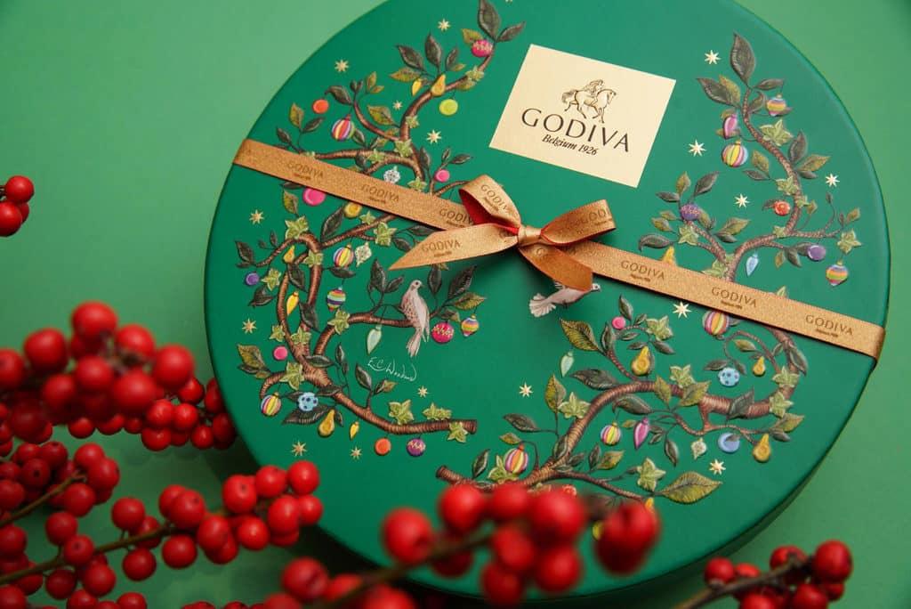 MOKO新世紀廣場:GODIVA巨型巧克力聖誕卡雕塑展覽 禮盒以英國經典聖誕歌「Twelve Days of Christmas」為藍本設計。