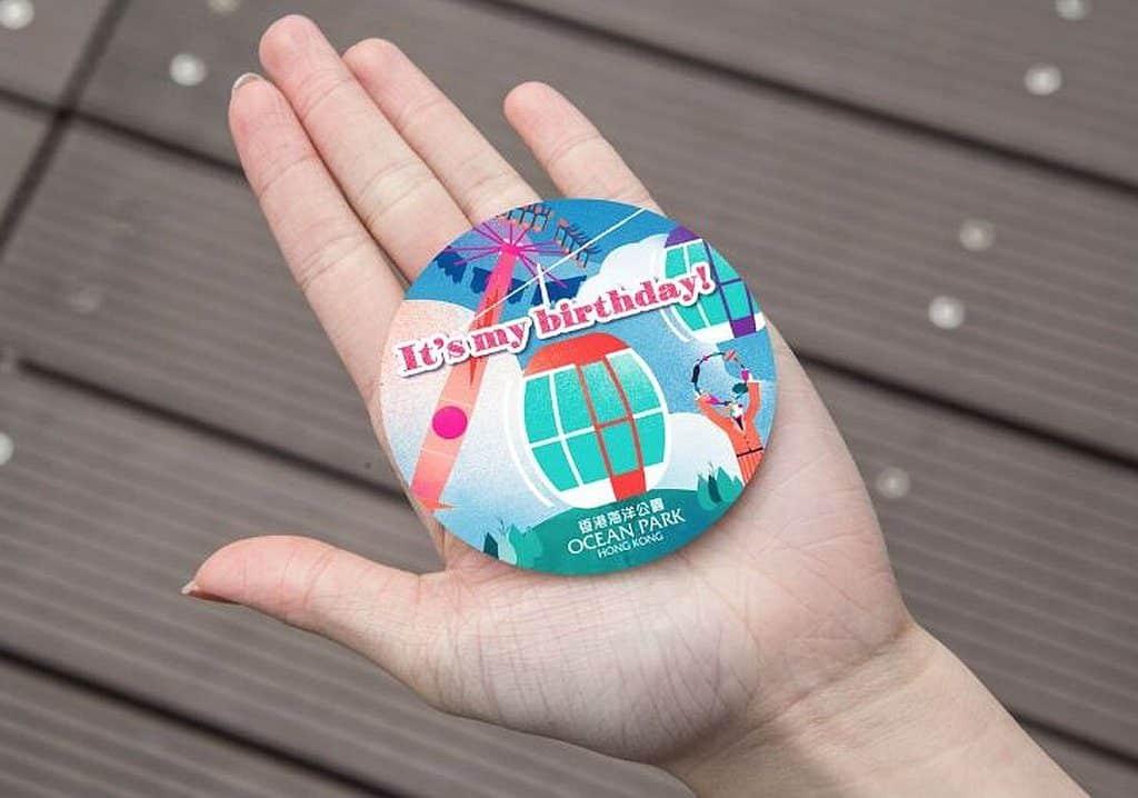 遊人只須出示有效之香港身分證,不但可於生日起計 7 天內免費進入海洋公園一次,更會獲贈特別版生日襟章。