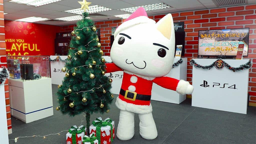 旺角:PlayStation聖誕玩樂LIVE小鎮|雅蘭中心·荷李活商業中心·家樂坊 多樂貓於指定日子會以聖誕造型現身。