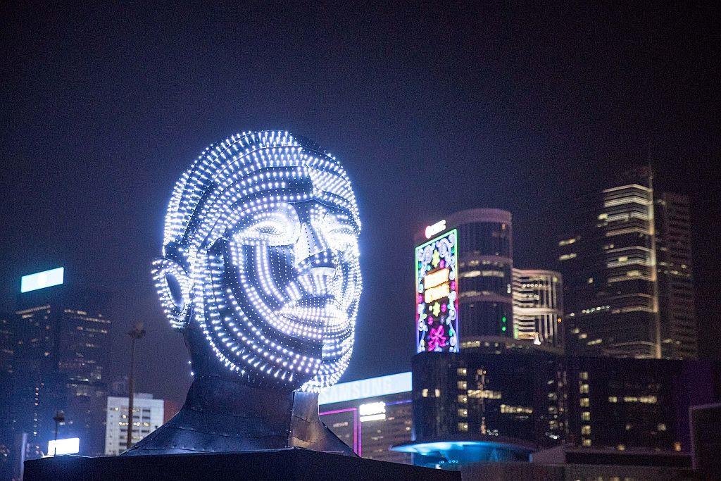 國際燈光藝術展期間,18 件來自歐美、亞洲和香港的光影裝置藝術品將會進駐中環海濱。