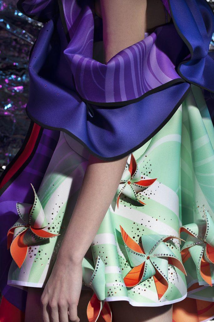 SCAD 畢業生 Tammi Lau 設計的女裝系列 「Windaholic」 捕捉了風的擺動及當中的象徵意義:微風代表正能量;猛烈颱風則意味困境。