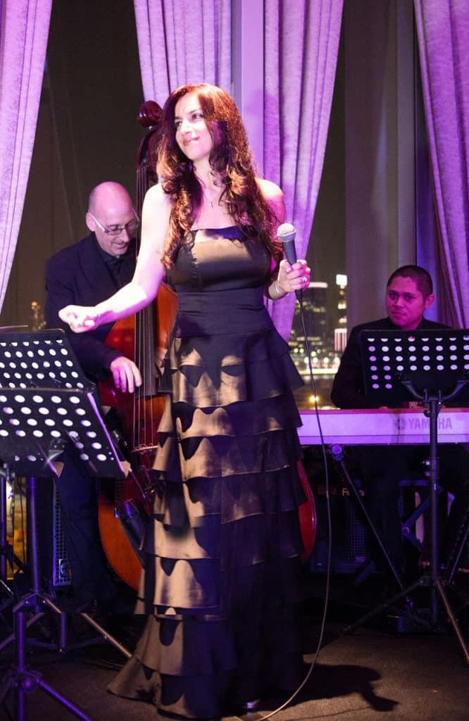 天際100:「歡慶在天際」節慶活動加拿大唱作歌手 Lisa Melfi 將在除夕現場演唱。