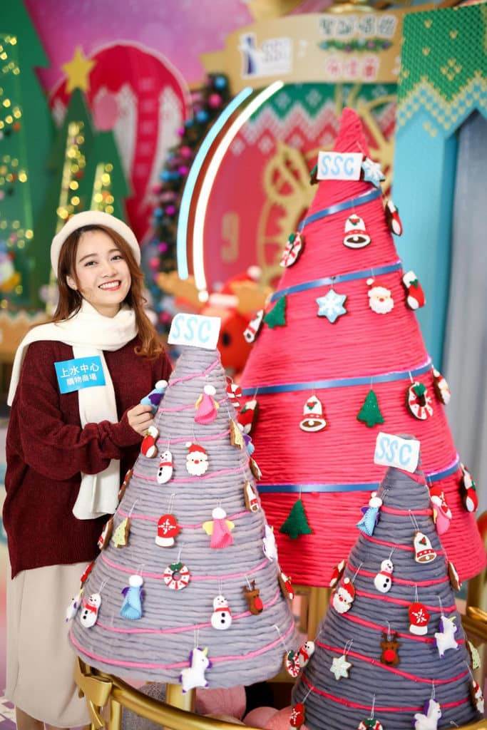 上水中心購物商場:「聖誕唱遊『布』佳音」多款布偶公仔吊飾掛在聖誕樹上。