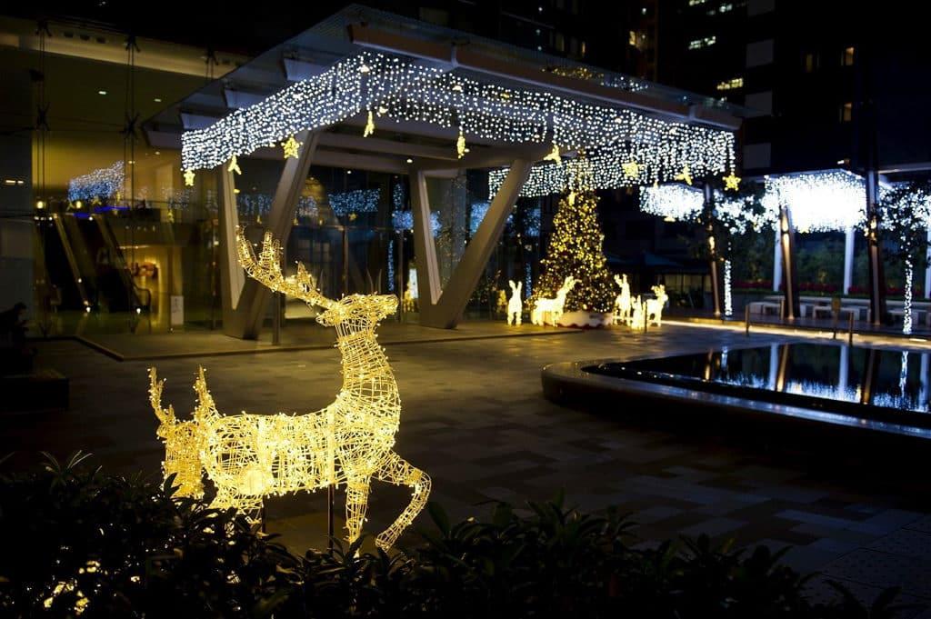 灣仔星街聖誕:聖誕馴鹿華麗閃爍裝飾 富有動感的小鹿以不同形態出現。