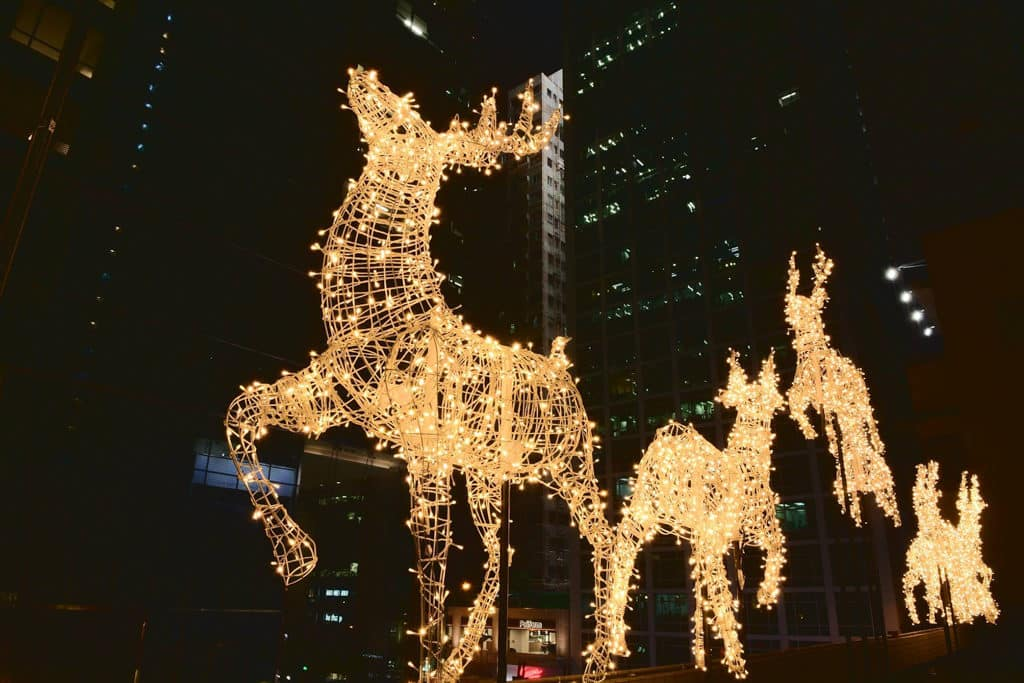 灣仔星街聖誕:聖誕馴鹿華麗閃爍裝飾 金光閃閃的鹿群來到灣仔星街。