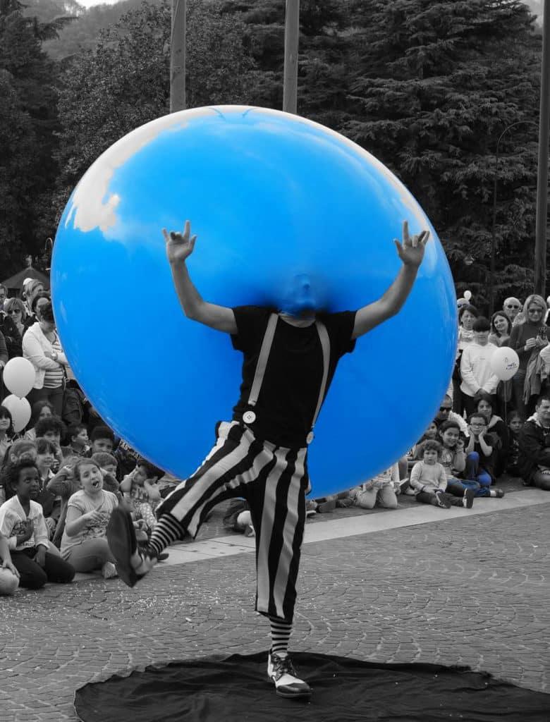 反轉大館馬戲季:玩轉Playground Otto Bassotto 將氣球變成藝術品,並融合馬戲、即興表演和經典魔術。