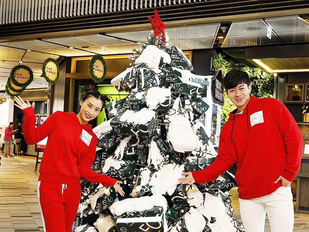 THE FOREST 商場 1 樓設有由鞋盒組成的特別版聖誕樹。