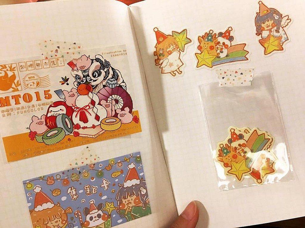 MTO15 市集的集點小禮物是三張小貼紙的貼紙組,同時也是聖誕 POP UP 的立牌。