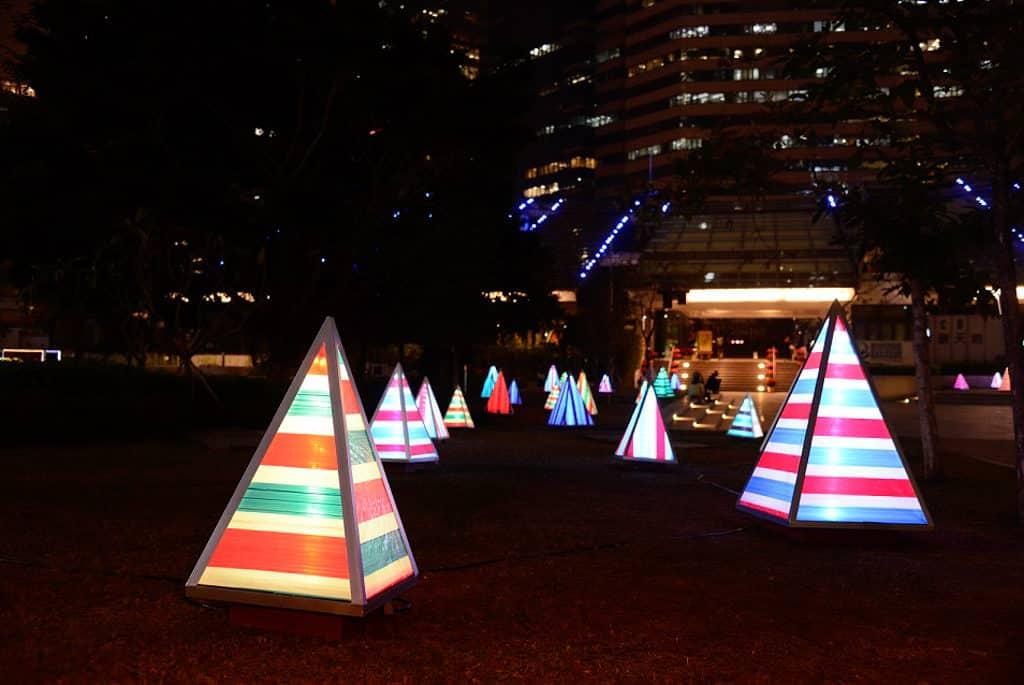 零碳天地:閃爍流光  金光閃閃的三角錐體聖誕樹