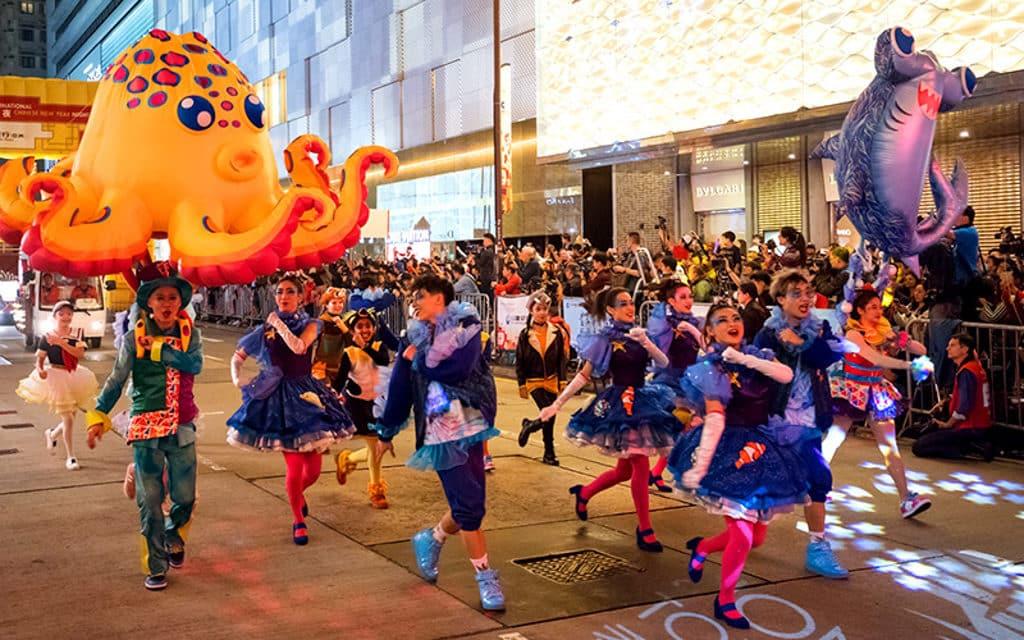 新春國際匯演之夜2019:大年初一香港新春花車巡遊 巡遊隊伍由香港文化中心廣場出發,途經廣東道等尖沙咀主要道路。