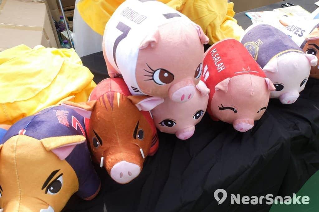 豬年年宵貨品: 一眾豬球星雲集,大可全部買回家,自組明星隊啦! (售價︰$400/大,$188/小)