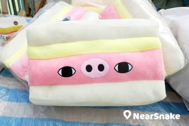 豬年年宵貨品: 餐蛋治的餐肉,粉紅色的,或許是未夠火喉。 (售價︰$188)