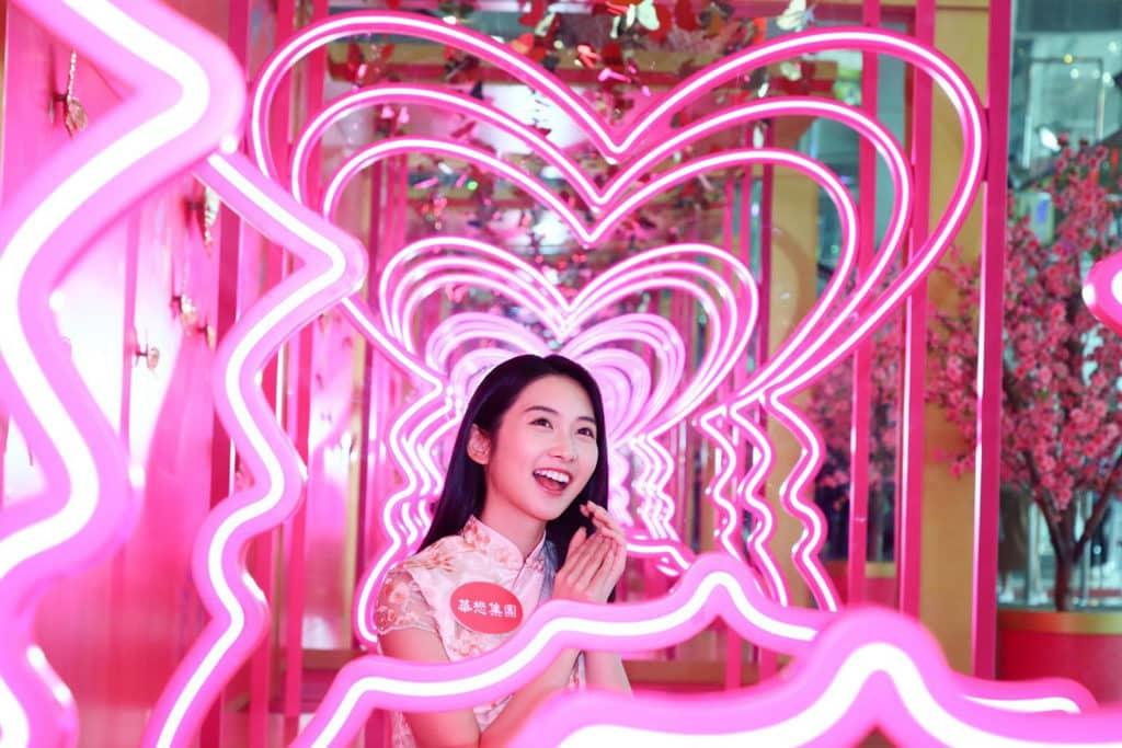 華懋集團商場:「亮影花蝶喜迎春」新春佈置 希爾頓中心的「艷光閃蝶大道」相當搶眼。