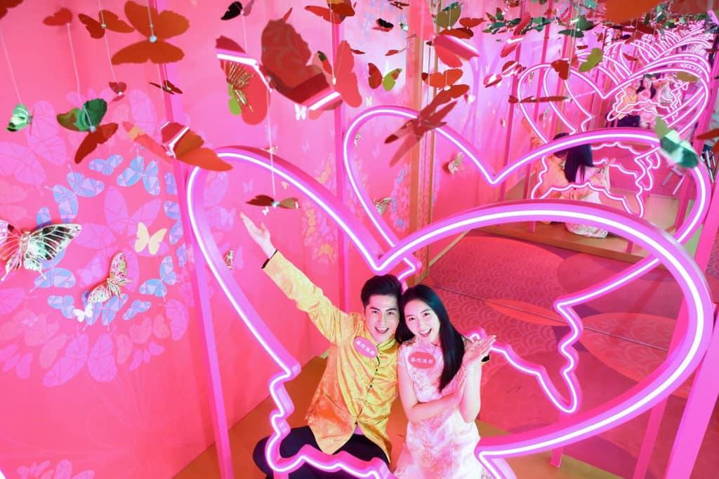 華懋集團商場:「亮影花蝶喜迎春」新春佈置 這條巨型蝴蝶霓虹燈隧道適合情人來到拍照。