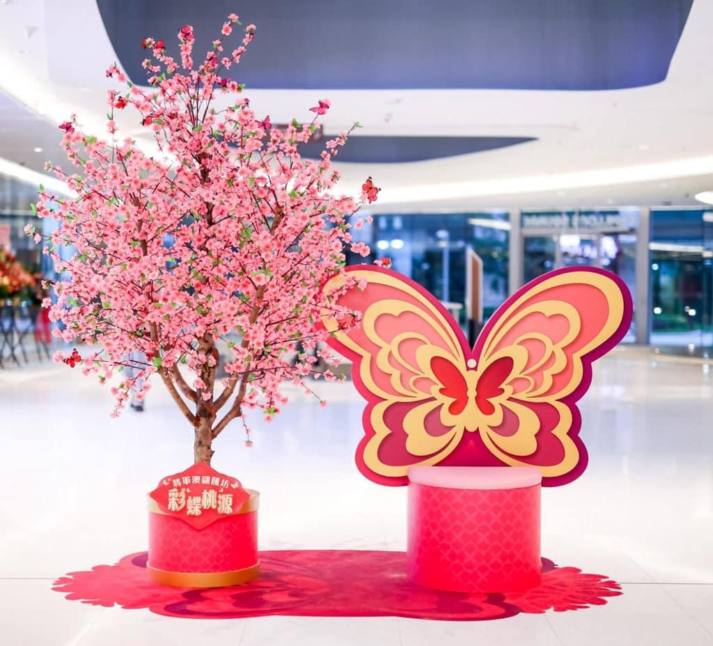 華懋集團商場:「亮影花蝶喜迎春」新春佈置 翩匯坊的「彩蝶桃源」以紅桃和花球為設計主題。