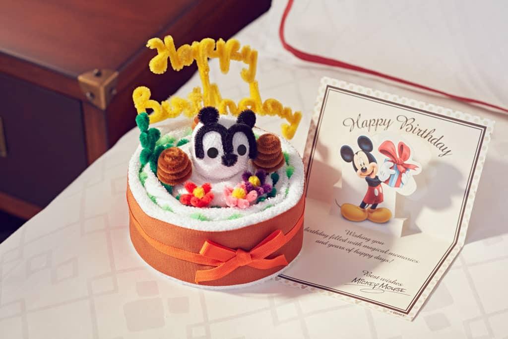 迪士尼樂園:酒店住宿港人生日禮遇 顧客在預訂酒店房間時提早通知生日行程,迪士尼會送上免費「毛巾蛋糕」及賀咭。