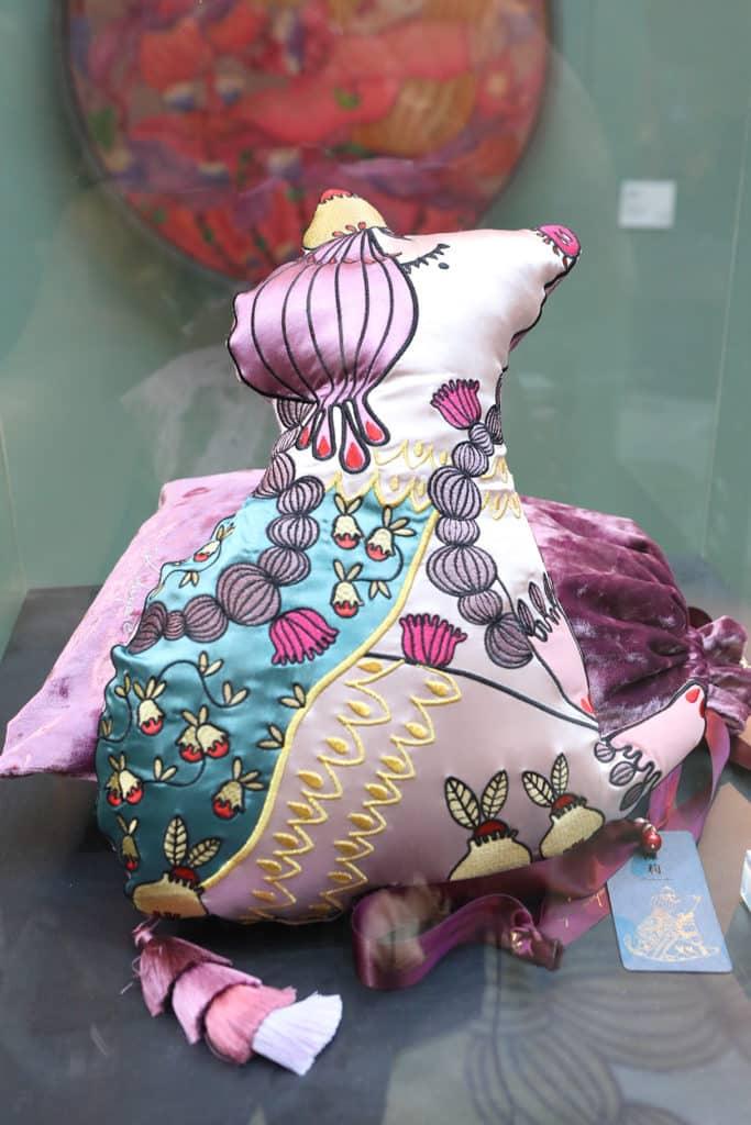 ELEMENTS圓方:「年年有餘」新春藝術裝置 陳莉為今次合作創作的《豬抱枕》。