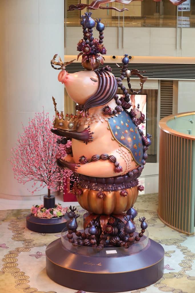 ELEMENTS圓方:「年年有餘」新春藝術裝置 6米高的豬雕塑非常「吸睛」。