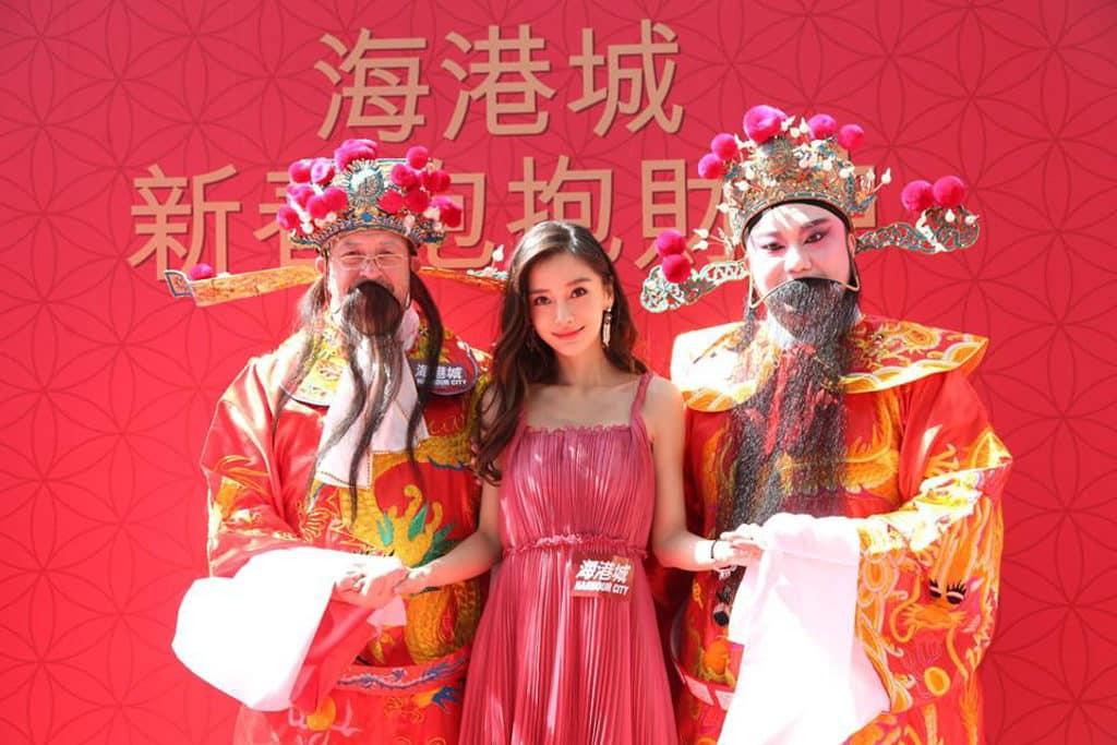 海港城:喜豬拱門 HAPPIG New Year 海港城請來 Angelababy 為賀年佈置擔任揭幕嘉賓。