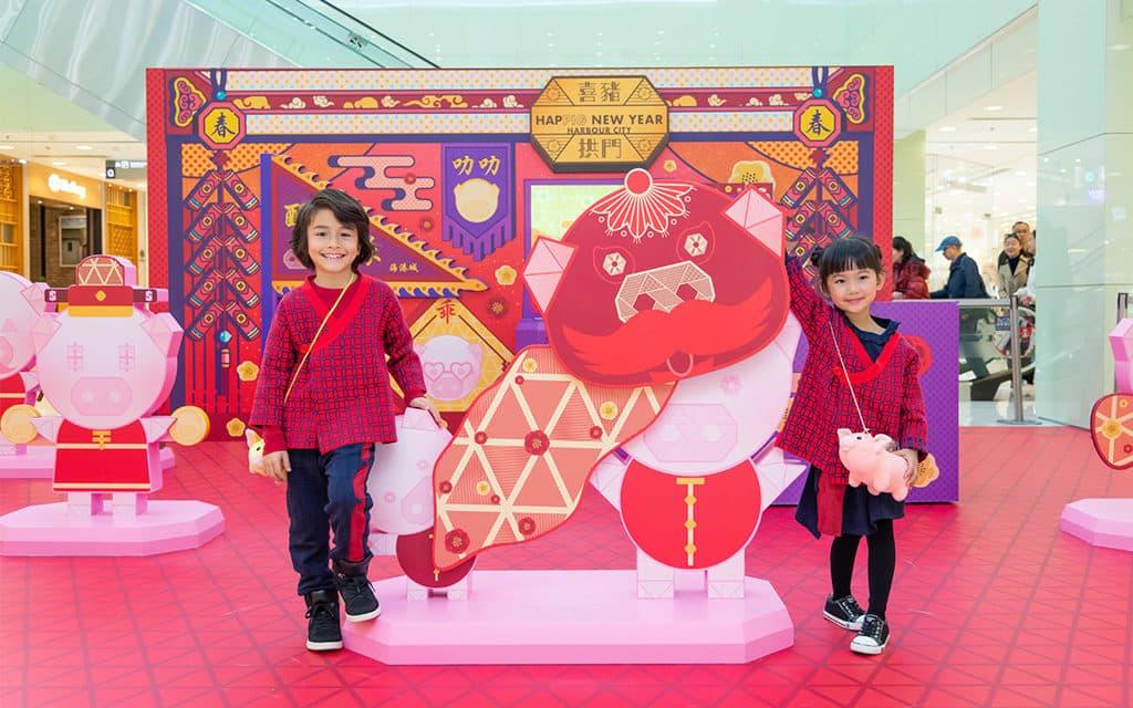 海港城:喜豬拱門 HAPPIG New Year 海港城以「喜豬拱門」為新年主題佈置。