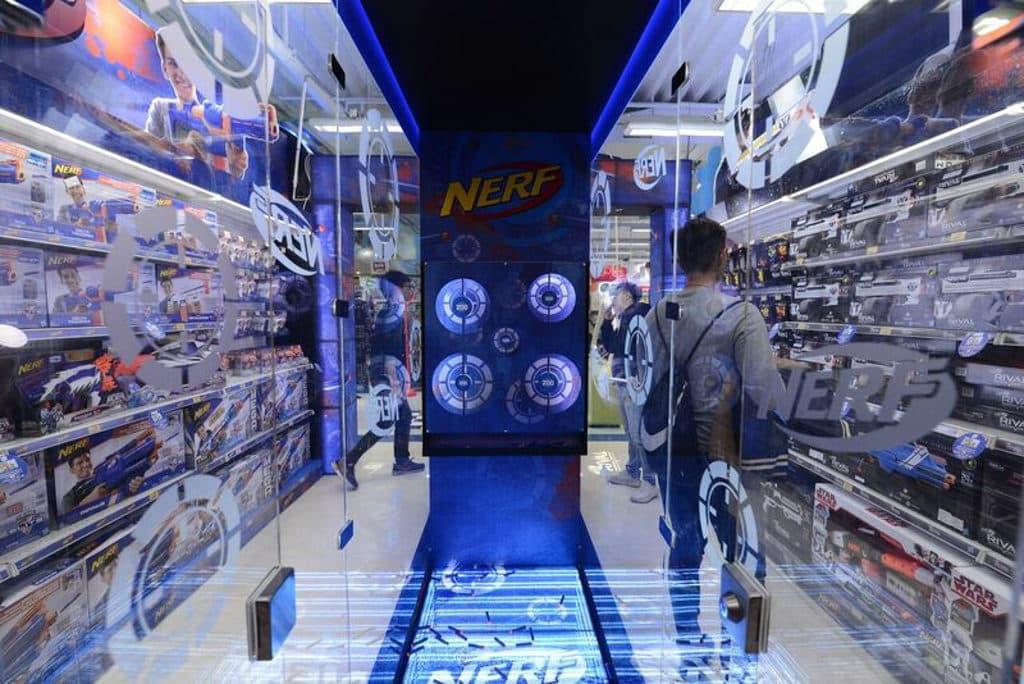 """海港城:玩具""""反""""斗城Toy Fair 2019 參加者將 Nerf 專屬子彈放入步槍後,可瞄準不同目標發射。"""
