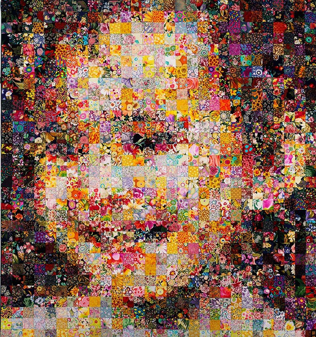 上水廣場《花妍‧纖藝》百福園展出作品:《天使笑顏》,乃劉棟較早期的纖維拼藝作品,亦是其最愛的作品,把累積多年馬賽克藝術創作的經驗,應用到纖維藝術上。
