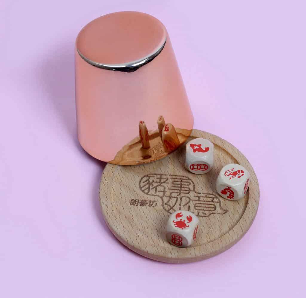 朗豪坊:《豬事如意》賀新年 套裝附設木製骰子及骰盤、玫瑰金骰盅。