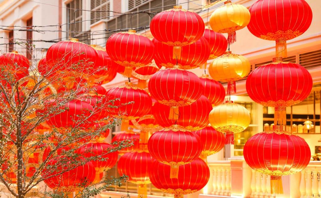 利東街:「利東喜盈豬」新春步行街 傳統燈籠象徵前景一片光明。