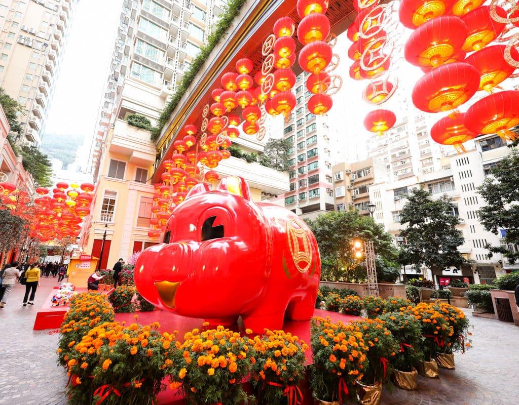 利東街:「利東喜盈豬」新春步行街 利東街中庭將設置巨型紅豬裝置「利東喜盈豬」,向大家發送好運。