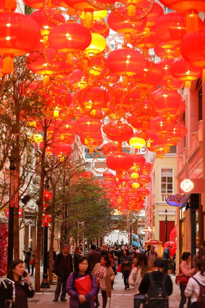 利東街:「利東喜盈豬」新春步行街 步行街懸掛 668 個金光千紅燈籠。