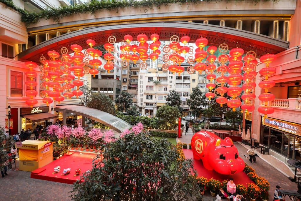 利東街:「利東喜盈豬」新春步行街 利東街掛起大量紅燈籠及金錢。