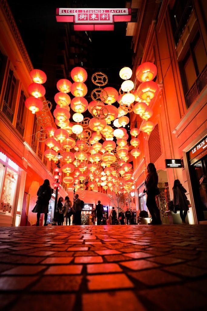 利東街:「利東喜盈豬」新春步行街 大紅燈籠高高掛的利東街,在夜晚另有一番味道。