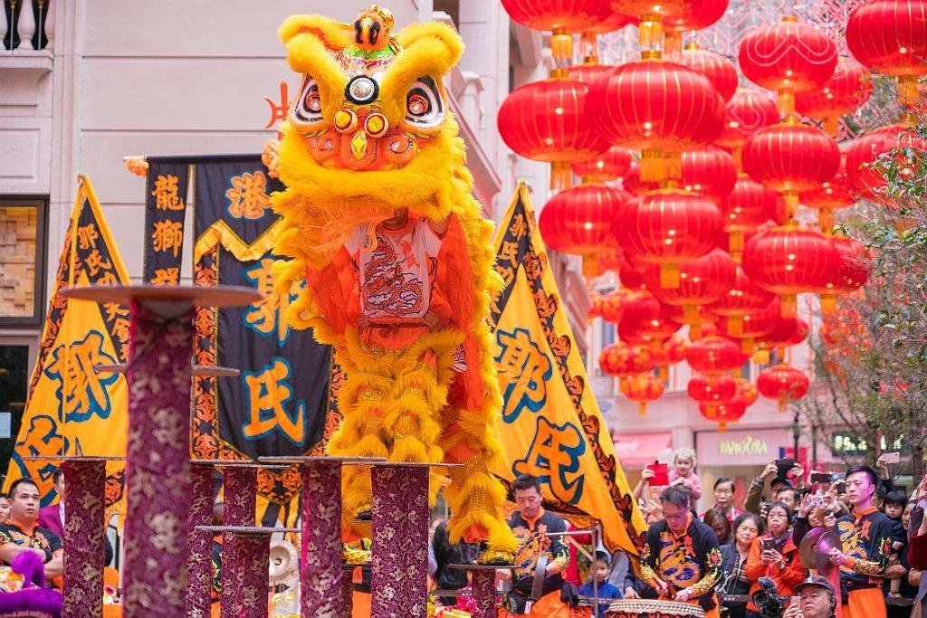 利東街及 The East 將分別會舉行盛大的舞獅表演,與財神一起遊走步行街。