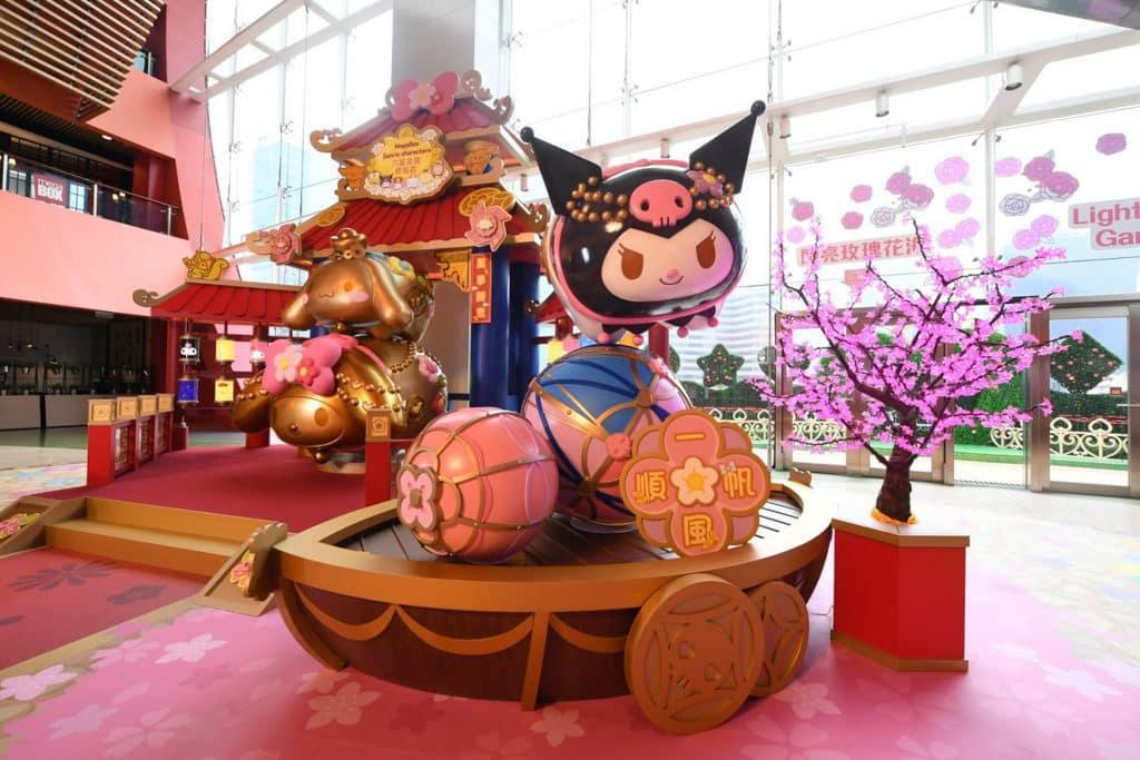MegaBox:Sanrio characters 六星金豬齊報喜 Kuromi 於彩色大繡球上表演。